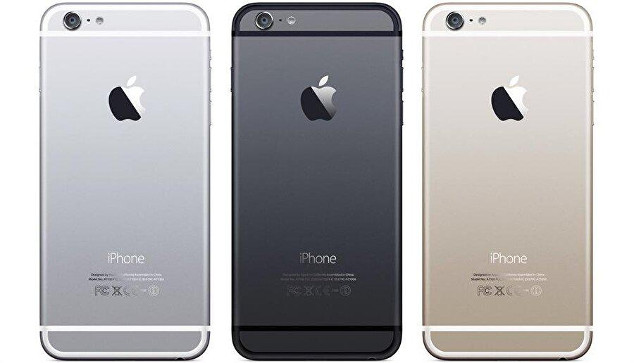 2012 yılından bu yana üretilen iPhone'ların arka kısmında kamera ve flaşın orta kısmında mikrofon deliği yer alıyor.