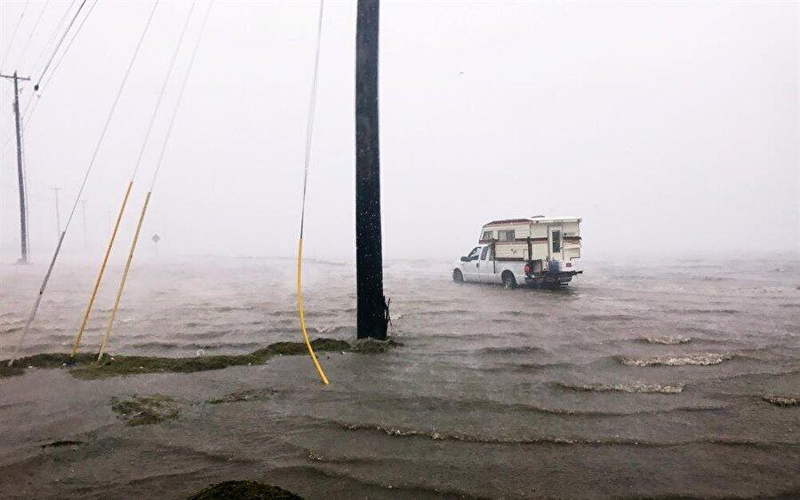Kasırga nedeniyle araçlar sel altında kalma tehlikesiyle karşı karşıya kalıyor.