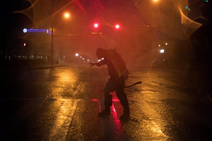 Kasırga nedeniyle vatandaşlar yürümekte dahi zorlanıyor.