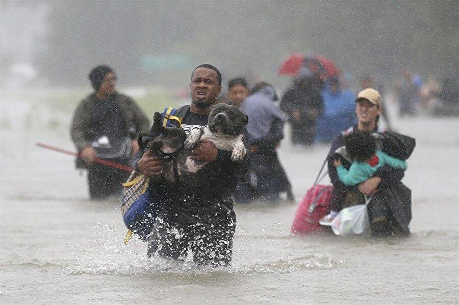 ABD'nin Teksas eyaletinde meydana gelen kasırgada şimdiye kadar 9 kişinin hayatını kaybettiği açıklandı. (Reuters)