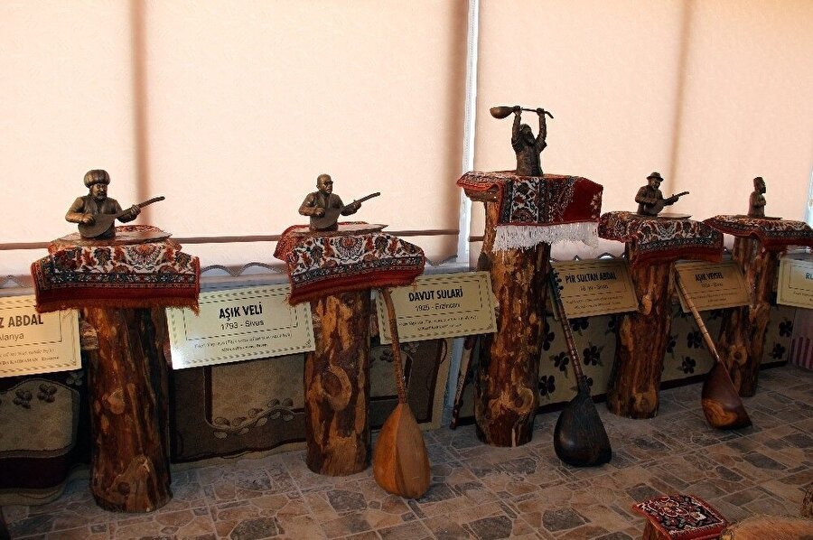 Bağlama imalatçısı Şentürk İyidoğan, Aşık Veysel ile Pir Sultan Abdal, Neşet Ertaş gibi halk ozanlarının mirasını kurduğu müze ile yaşatmaya çalışıyor. (İHA)