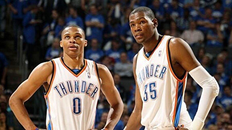 Durant eski takım arkadaşı Russ ile birlikte