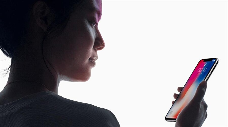 Apple'ın iPhone X ile duyurduğu Face ID sistemi, parmak izi okuyucuya nazaran kilit açma ve satın alma işlemlerinin çok daha hızlı bir şekilde gerçekleşmesini sağlıyor.