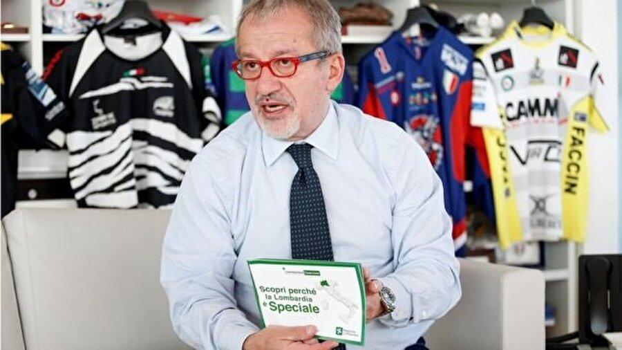 Lombardiya Bölge Başkanı Roberto Maroni'nin elindeki broşürle referanduma dair bilgi verdi.