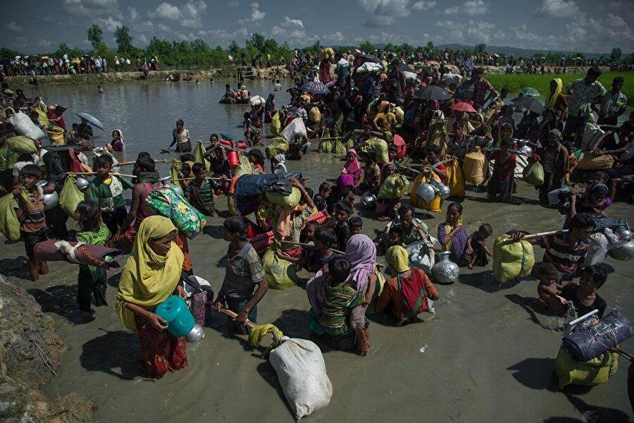 Binlerce insan Myanmar güvenlik güçlerinin katliamlarından kaçıyor.