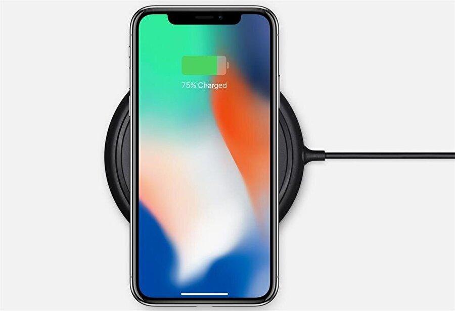 iPhone X'te standart şarja ek olarak kablosuz şarj teknolojisi de destekleniyor.