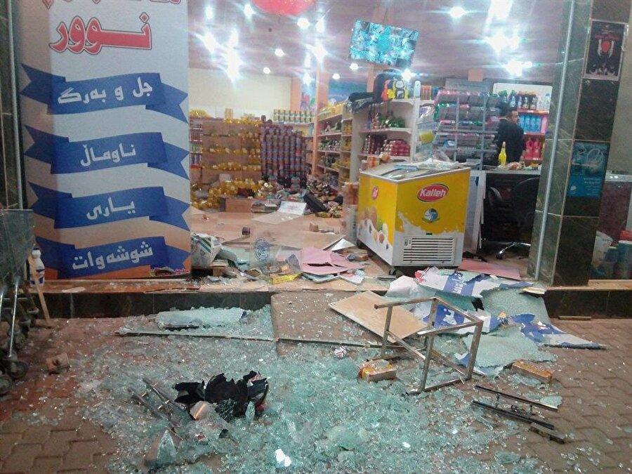 Irak Halepçe'de meydana gelen deprem sonrasında zarar gören bir dükkan.