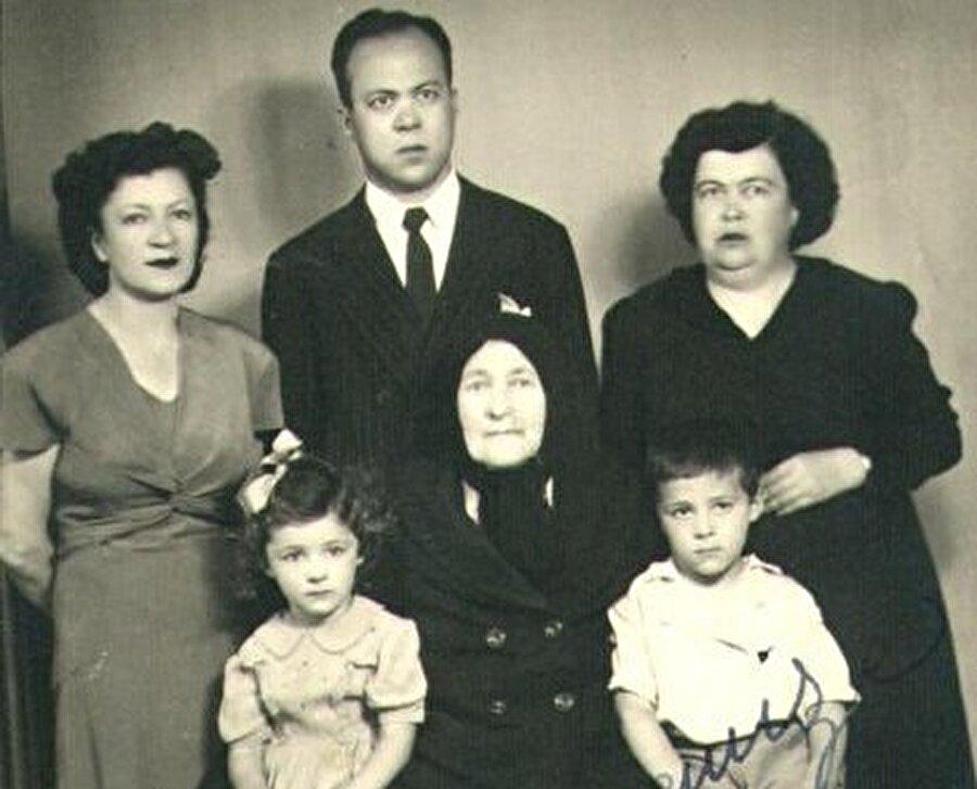 Cemil Meriç, eşi Fevziye Meriç, ablası Naciye Meriç, annesi Zeyneb Meriç ve iki çocuğuyla, 15 Temmuz 1950