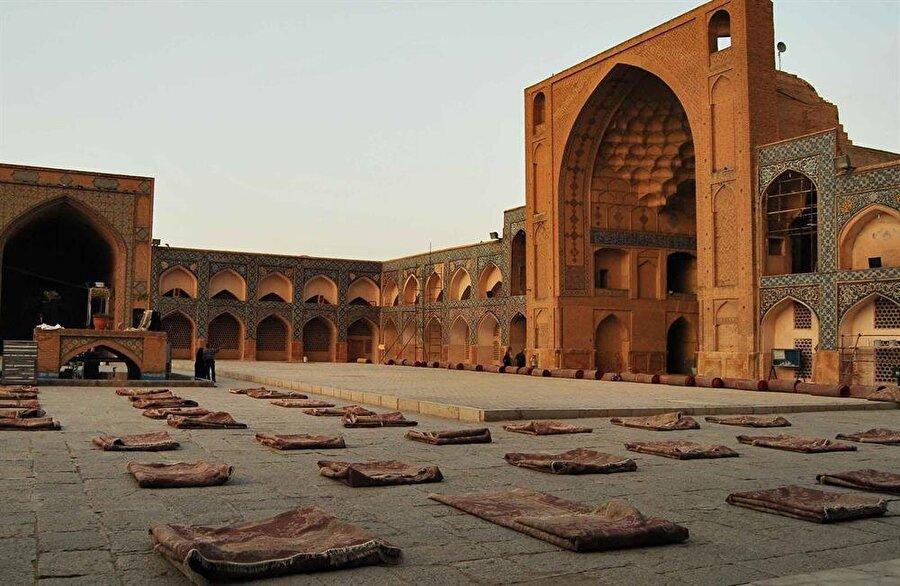 Caminin avlusunda çok sayıda Müslüman cuma namazı öncesinde kalıyor.