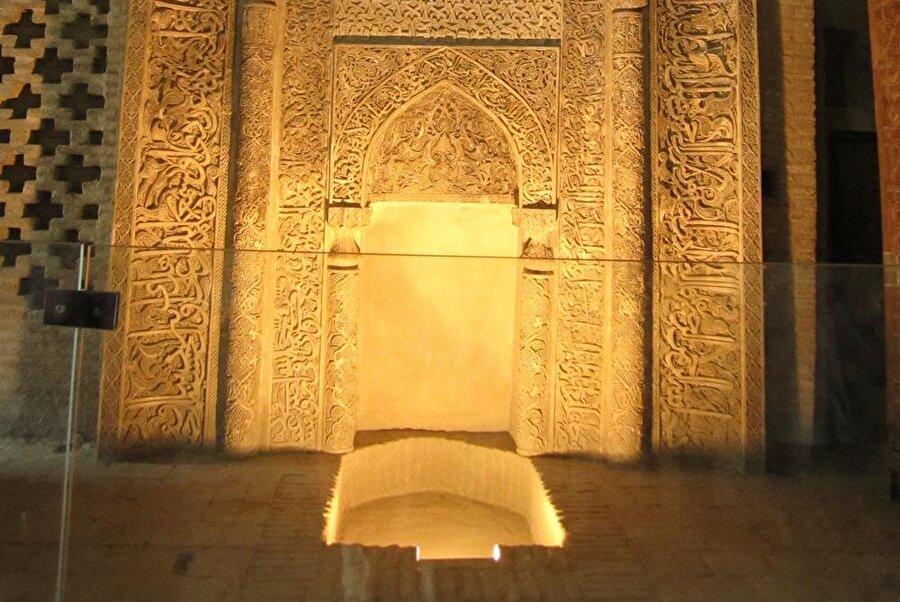 Ümit Meriç'in işaret ettiği İsfahan Cuma Cami'nin mihrabındaki 'çukur'.