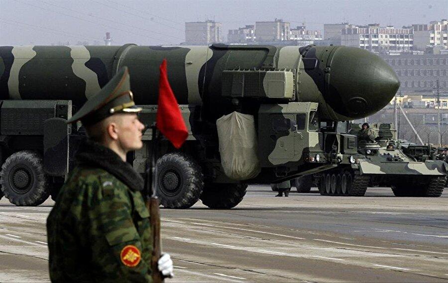 Rusya askeri geçit töreninde nükleer füzelerini sergiledi.