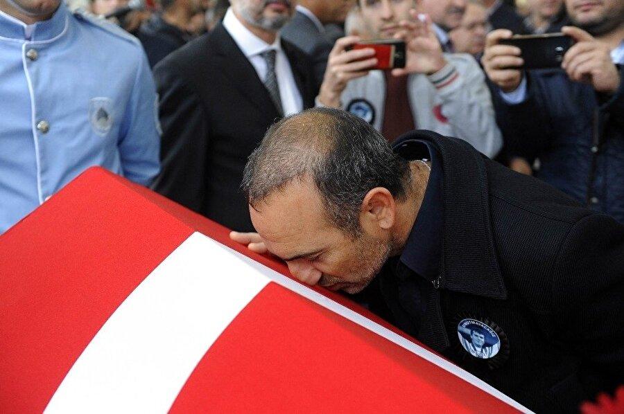 Eski Yunan sporcu Leonidis, Naim Süleymanoğlu'nun tabutunu öptü. (Fotoğraf: İHA)