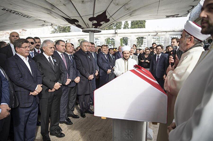 Süleymanoğlu'nun cenaze törenine siyaset ve spor camiasından birçok kişi katıldı. (Fotoğraf: AA)