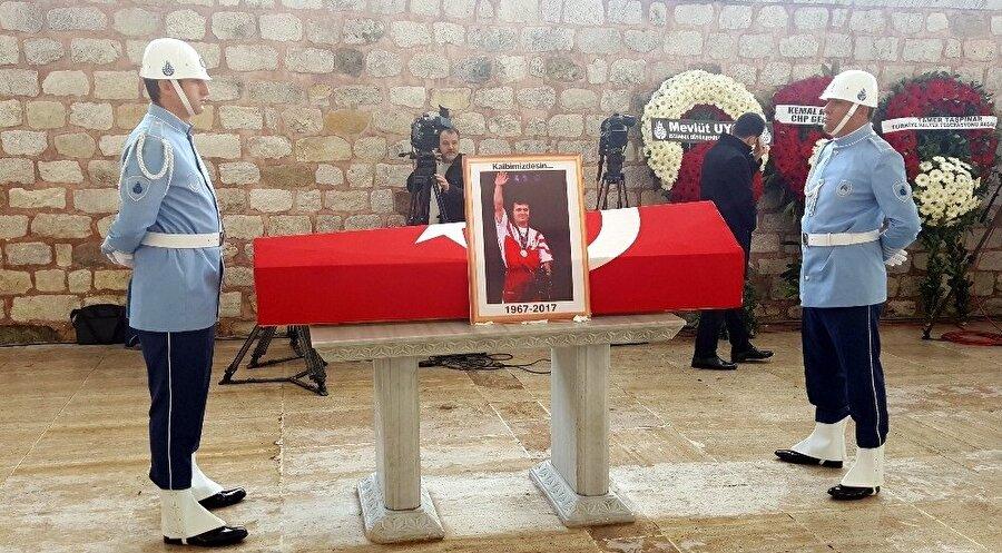 Naim Süleymanoğlu'nun cenazesi Fatih Camii'ne getirildi. (Fotoğraf: İHA)
