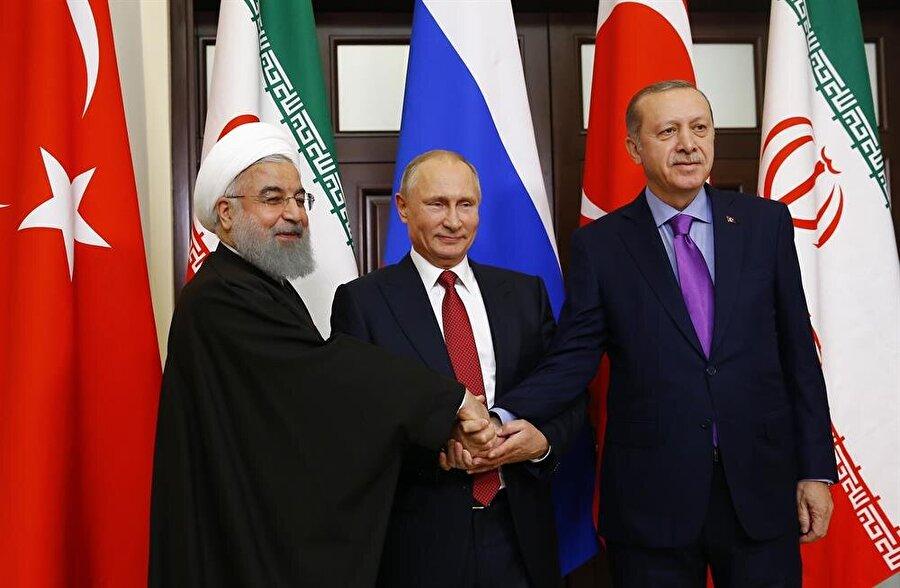 Erdoğan, Putin ve Ruhani toplantı öncesinde tokalaşarak gazetecilere poz verdi.