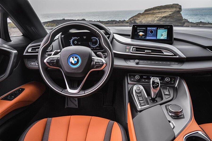 Yeni BMW i8 Coupe ve Roadster modellerinde navigasyon sistemi standart haline geliyor.