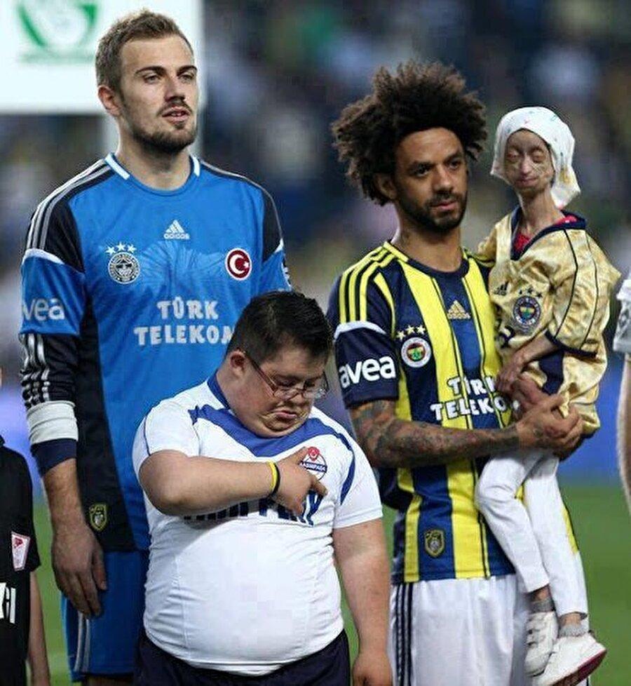 Bir dönem Fenerbahçe forması giyen Cristian Baroni bu hareketiyle takdir toplamıştı. Yaşlanma hastası Gamze Yagar'ı kucağına alan Baroni'nin bu fotoğrafı hafızalardaki sıcaklığını halen koruyor. Ne yazık ki Gamze geçtiğimiz haziran ayında yaşamını yitirdi.