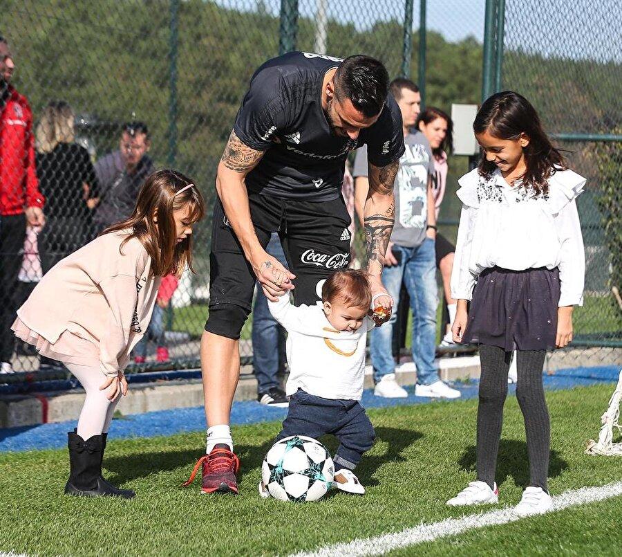 Beşiktaşlı futbolcular ve aileleri pazar kahvaltısında bir araya geldi.