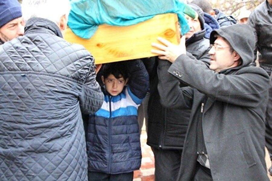Eşi tarafından öldürülen kadının tabutunu çocuğunun taşıdığı görüntüler Türkiye'nin gündemine oturmuştu.