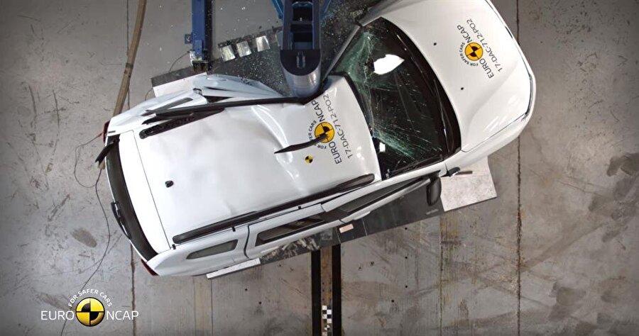 1:21'de gerçekleştirilen yaya bariyer testinde aracın sol kısmı fotoğrafta görülebiliyor.