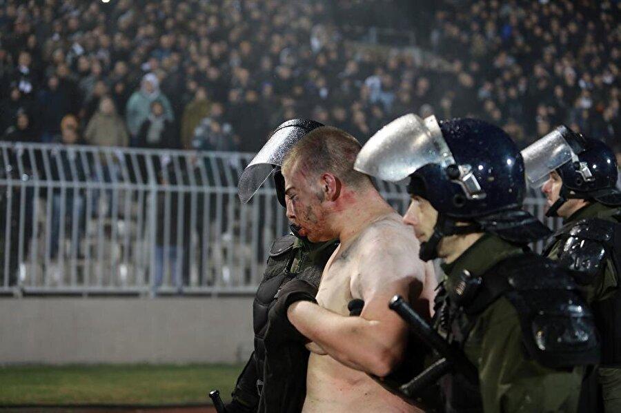 Olaya karışan taraftarlar güvenlik güçleri tarafından stattan çıkarıldı. (Fotoğraf: Reuters)
