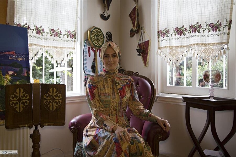 """Babaannesi Kösem Sultan hakkında bilgilerini okuyucularıyla paylaştığı """"Kadın Padişah Mahpeyker Kösem Sultan"""" adlı romanın yazarıdır."""