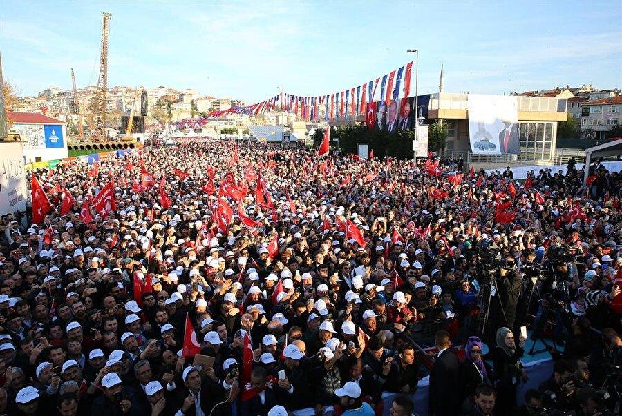 Cumhurbaşkanı Recep Tayyip Erdoğan, Üsküdar Meydanı'nda Üsküdar-Ümraniye Metro Hattı Açılış Törenine katıldı. Programa çok sayıda vatandaş katıldı.(AA)
