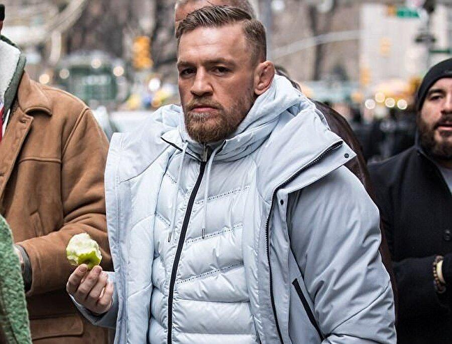 Lüks mağazalara elindeki elmayla giren McGregor, birçok kişi tarafından eleştirildi.