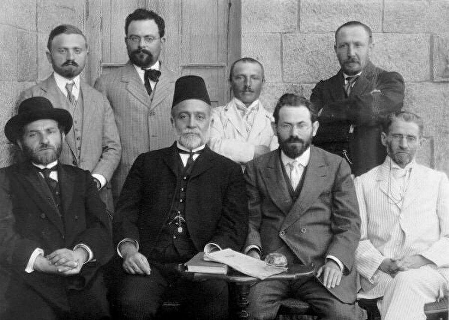 Ben Yehuda, İbranice bir gazete çıkarmaya ve dili Filistin'e göç eden bütün Yahudilere öğretmeye başladı.
