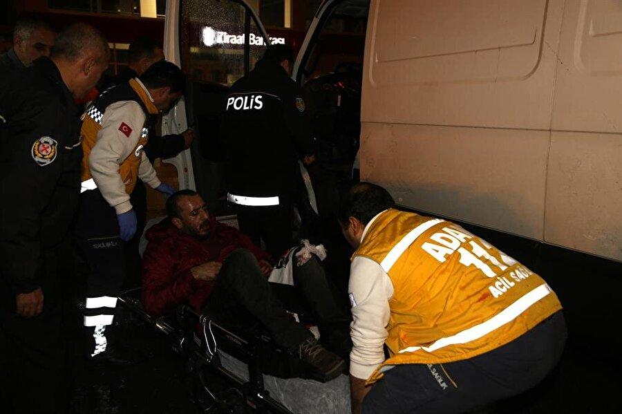Yaralı sürücü trafik polislerinden yardım istedi.