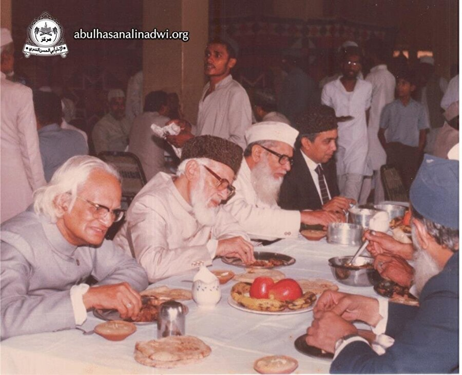 Nedvi, fikirleri, teşkilatçı yapısı ve cesaretiyle kısa süre içinde Hindistan Müslümanları arasında dikkat çeker hale geldi.