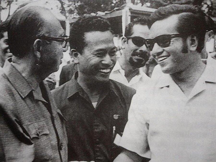 Mahathir Muhammed (Sağda), 1957 yılına kadar askeri doktor olarak görev yaptı.