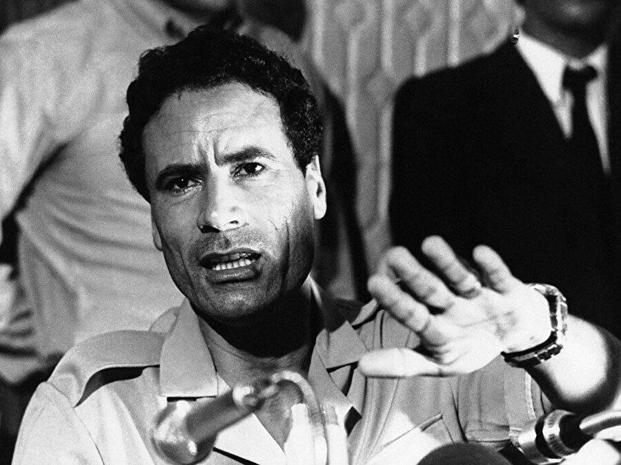 Süveyş Krizi ile siyasi fikirleri iyice netleşen genç Kaddafi, Libya sokaklarındaki İsrail karşıtı gösterilerin başını çekiyordu.