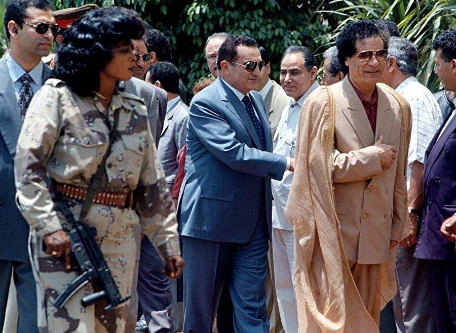 Muammer Kaddafi ve dönemin Mısır Cumhurbaşkanı Hüsnü Mübarek (Ortada).