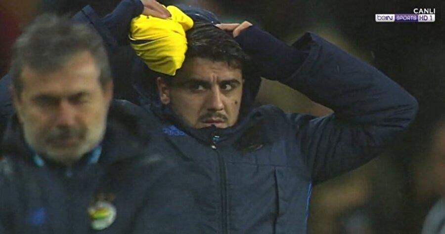 Ozan Tufan'ın maç sonundaki keyifsiz görüntüsü yayıncı kuruluş kameralarına böyle yakalandı.
