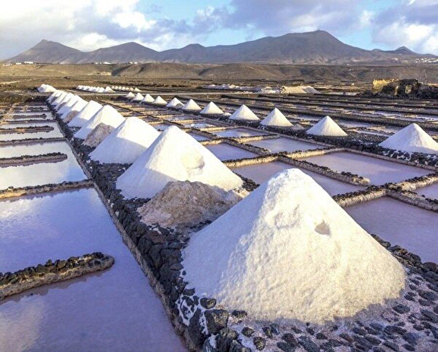 Deniz suyundan milyonlarca insan için tuz üretilebiliyor.