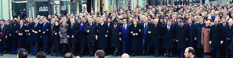 Dönemin Başbakanı Ahmet Davutoğlu ile birçok devletin üst düzey yetkilileri yürüyüşe katılmıştı.