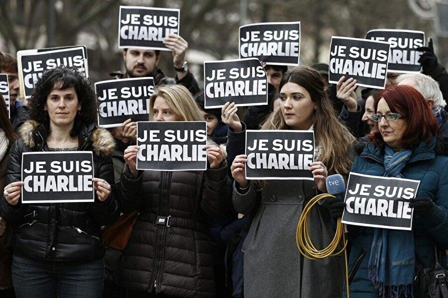 Ben Charlie'yim pankartı taşıyan insanlar