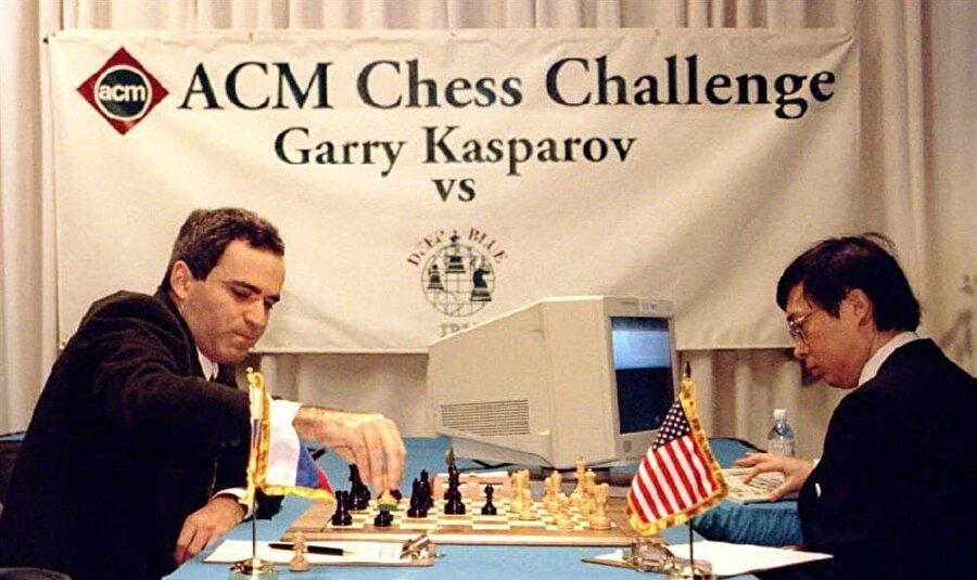 Satranç ustası Garry Kasparov, IBM marka bilgisayarla satranç oynuyor.
