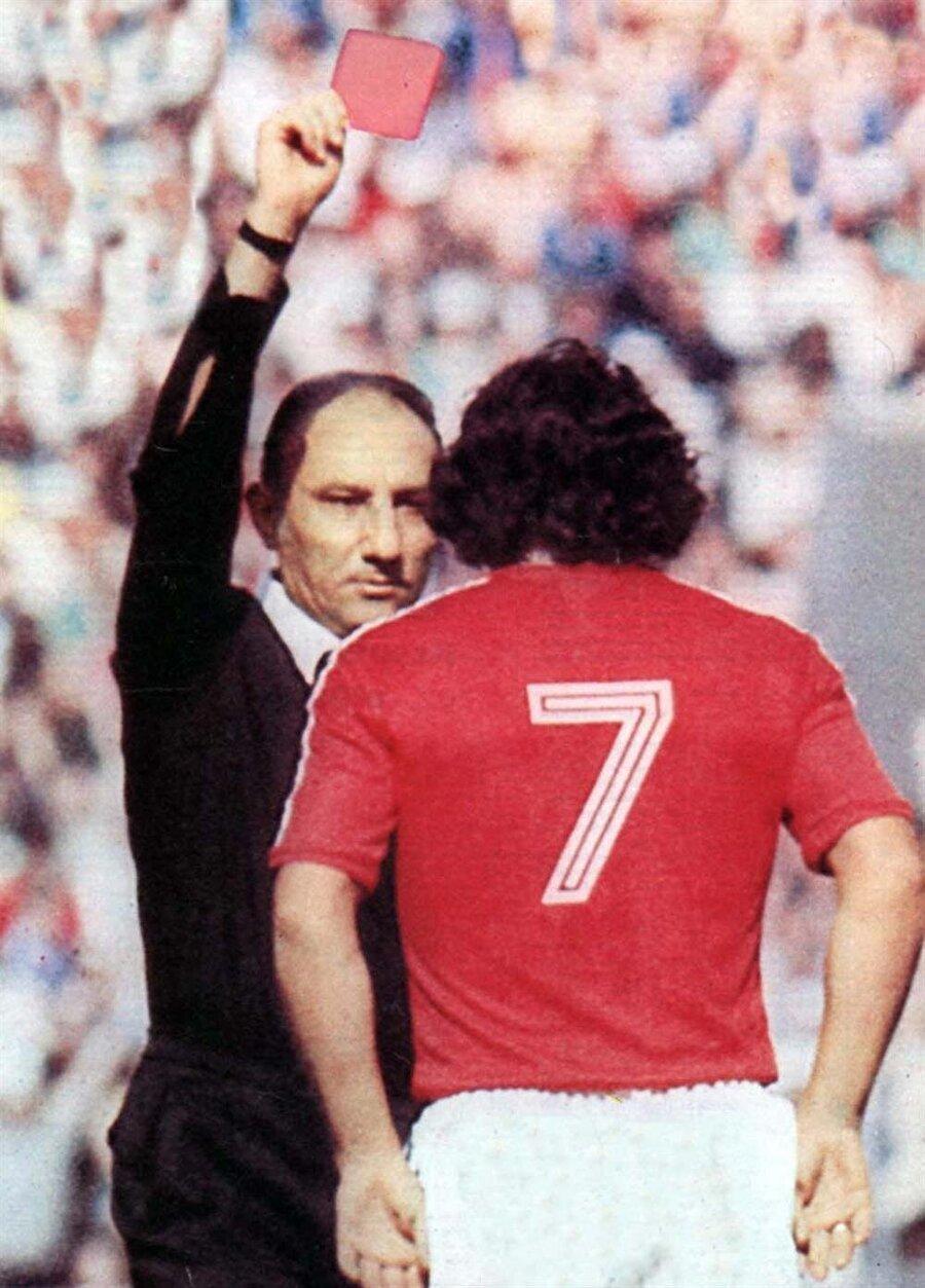 Doğan Babacan'ın kupanın ilk kırmızı kartını gösterdiği an...