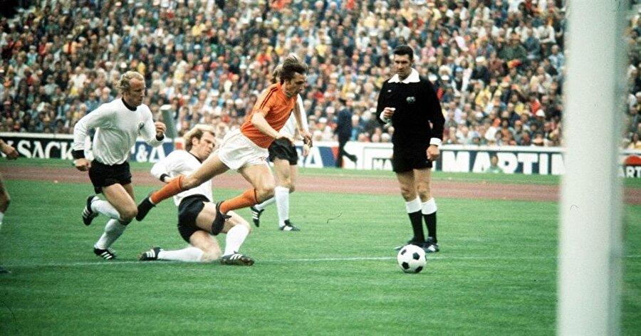 Hollanda'nın penaltı kazandığı an.