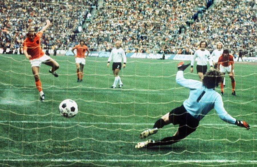 Neeskens penaltıyı gole çeviriyor.