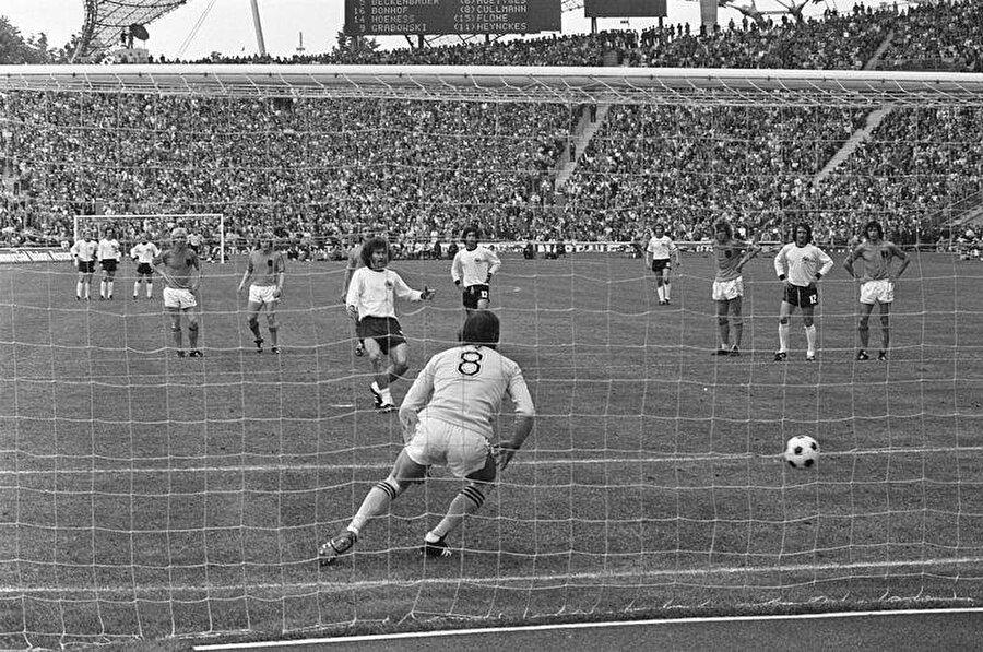 Breitner penaltıdan attığı golle durumu 1-1 yapıyor.