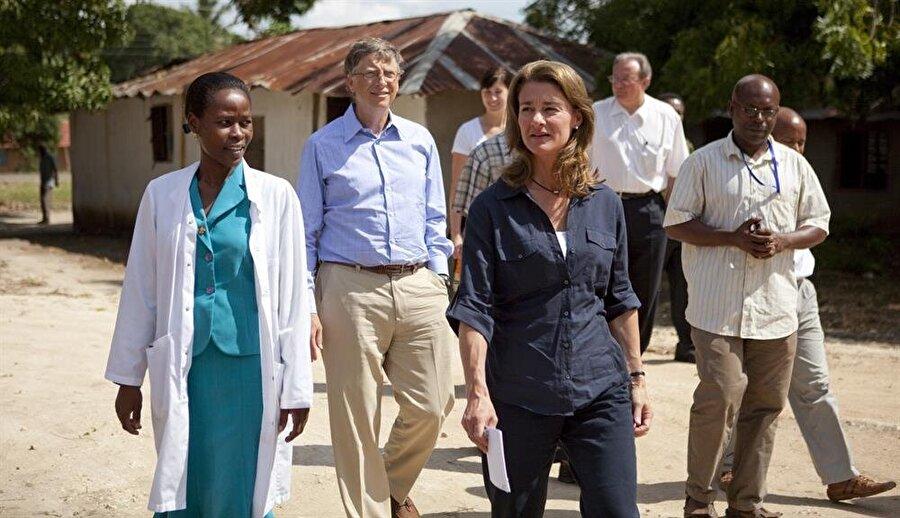 Bill Gates'in yaptığı geziler ve organize ettiği yardım kampanyaları milyonlarca insan için görünür oluyor.