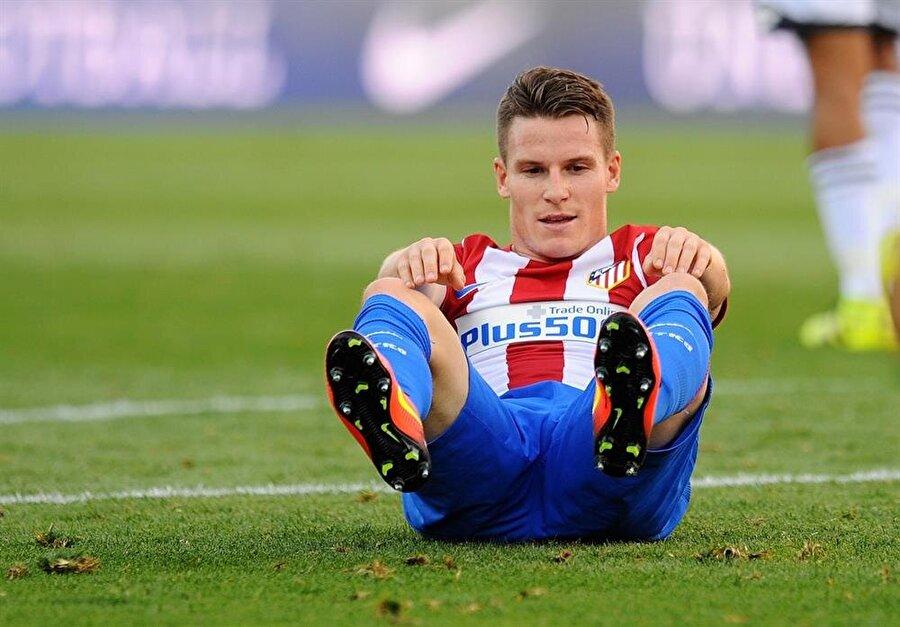 Deneyimli futbolcu, Sevilla'dan Atletico Madrid'e 30 milyon Euro'ya transfer oldu.