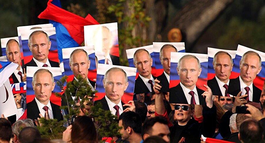Putin posterleriyle yürüyen Sırplar