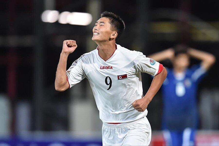 Han Kwang-Song, Kuzey Kore milli takımında 9 numaralı formayı giyiyor.