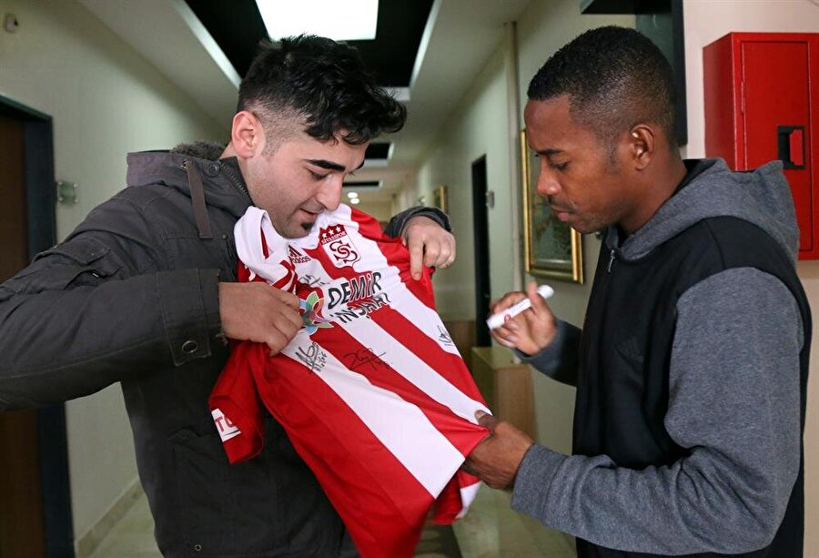 """Robinho, """"Carlos ve Cicinho olumlu bilgiler verdi"""" dedi."""