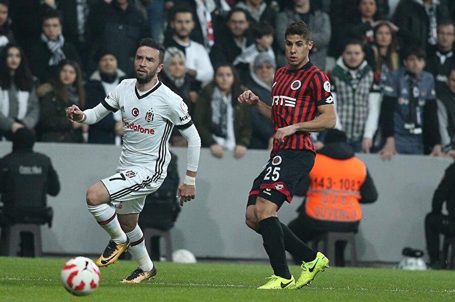 Gençlerbirliği maçında sakatlanan Gökhan Gönül, karşılaşmanın ikinci yarısında forma giymedi. (Fotoğraf: AA)