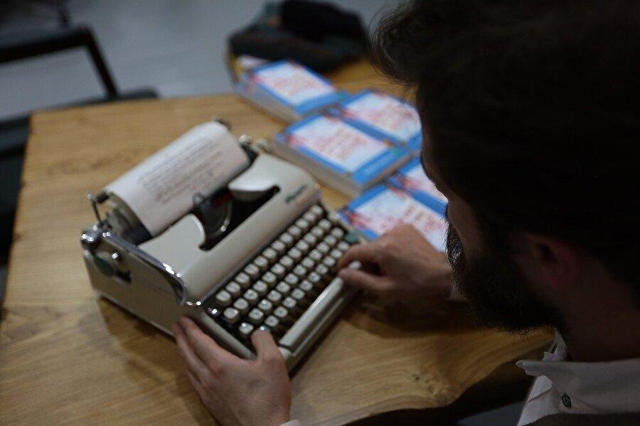 Rıdvan Aklan kitabını yazarken.